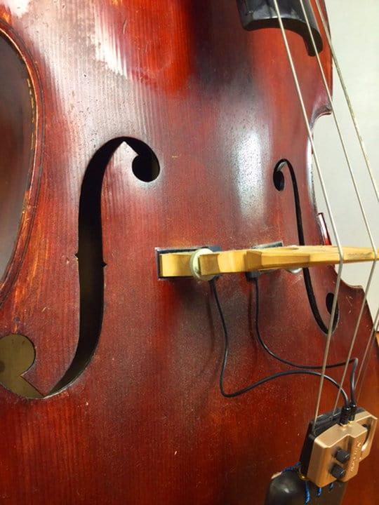 Kolofonium auf Kontrabass entfernen